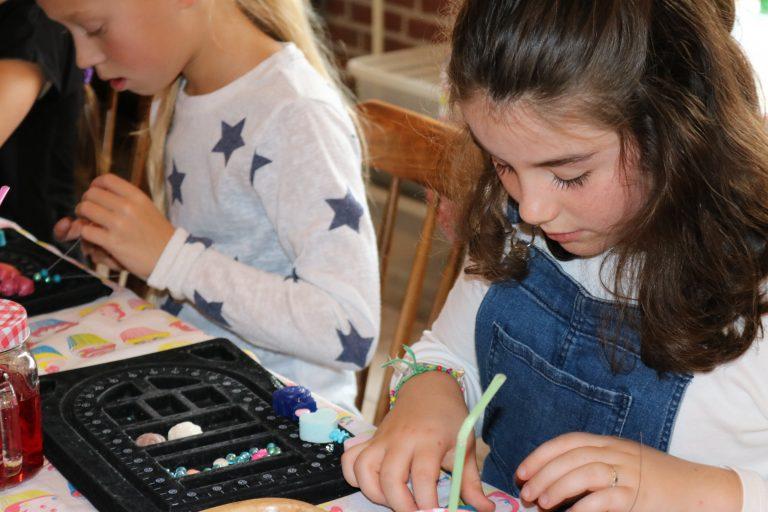 Sierraden maken voor kinderen bij de Zeeptopper