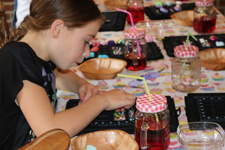 Sieraden maken voor kinderen bij Zeepgieterij Zeeptopper
